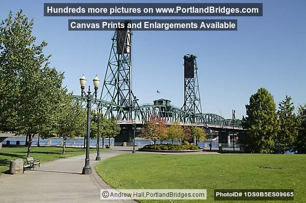 Tom McCall Waterfront Park, Hawthorne Bridge